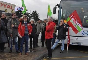Le bus des manifestants affichait complet. - (Photo sd)