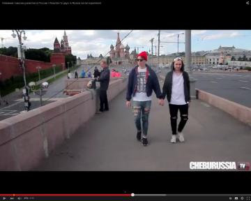 Quand deux hommes se tiennent par la main à Moscou