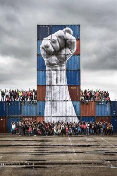 Une œuvre de l'artiste JR avec les dockers du Havre.  Une œuvre contre la loi Travail.