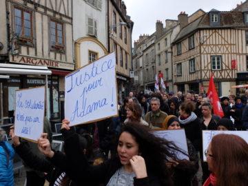 Photos de la marche à Poitiers pour la justice et la dignité, contre le racisme, les violences policières et la chasse aux migrantEs